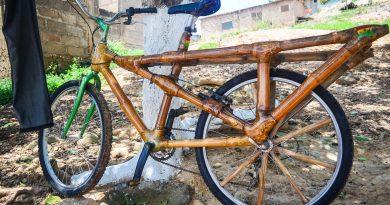 Une Ghanéenne crée des vélos en bambou pratiques et écologiques